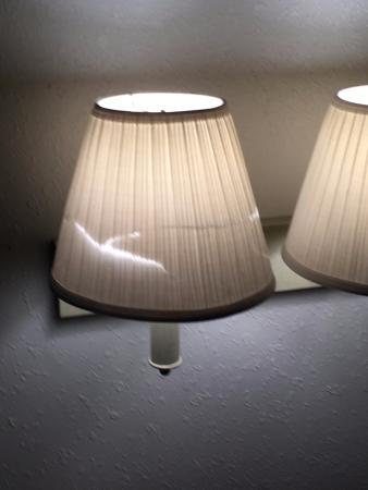 Rodeway Inn: Torn lampshade