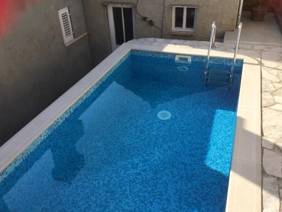 Lozica, Croácia: Pool with barbecue outhouse