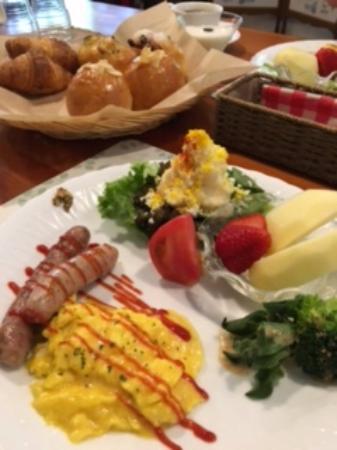Pension Soramame: 焼きたてパンもついてうれしい!彩りが美しい朝食
