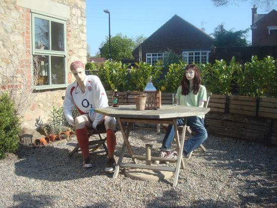 Kirkby Fleetham, UK: Beer garden, dining side