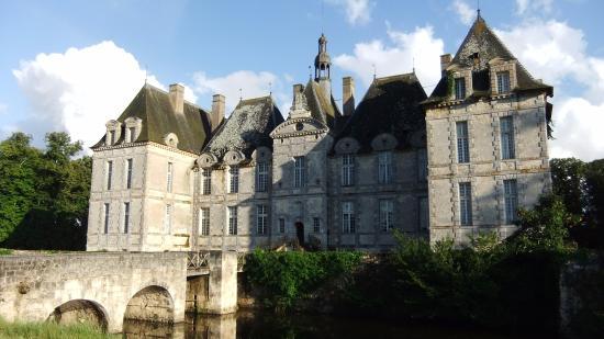 Saint-Loup-Lamaire, Frankrike: Château de St Loup : : façade côté parc