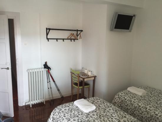 Hostal Lar: Feines Zimmer mit Balkon im 7ten Stockwerk. Sauber und gemütlich.