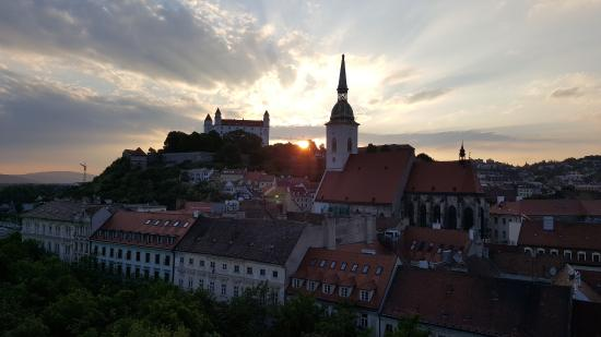 Bratislava-regionen, Slovakia: The view of St. Martins Cathedral and Castle