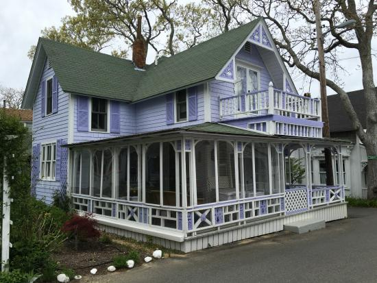 Oak Bluffs, MA: Beautiful lavender house.