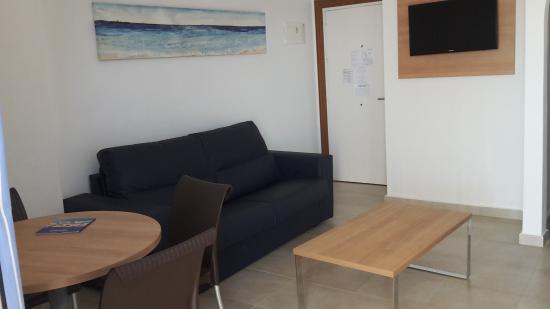 Salon con sofa y mesitas - Picture of Apartamentos Best Pueblo ...