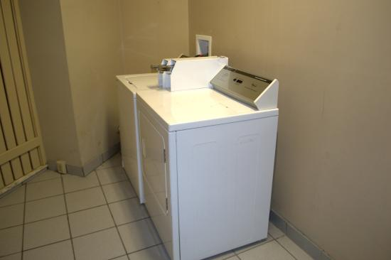 Budget Host Inn: Laundry Room