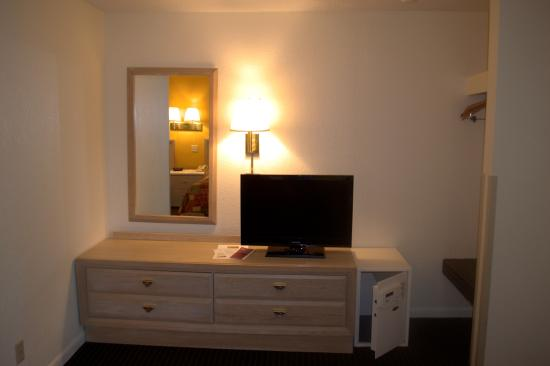 Budget Host Inn: Hotel Amenities