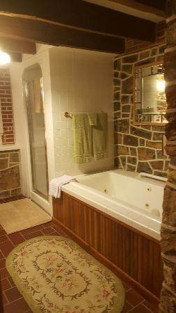 Berryville, Wirginia: The English Garden Suite is amazing, 2 bedrooms w/ king b, private bathroom with jetted tub, ful