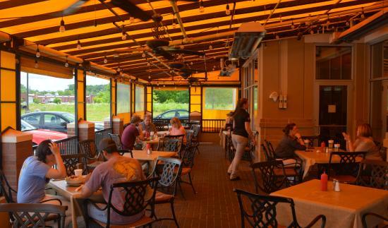 Denver, Северная Каролина: Enclosed Patio Dining