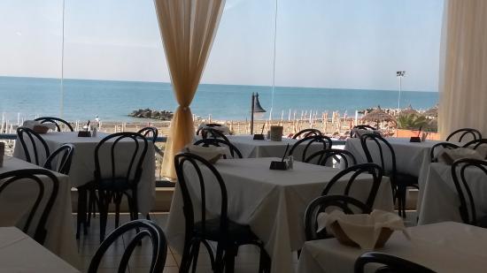Hotel Marco Polo Caorle: Sala da pranzo con vista mare