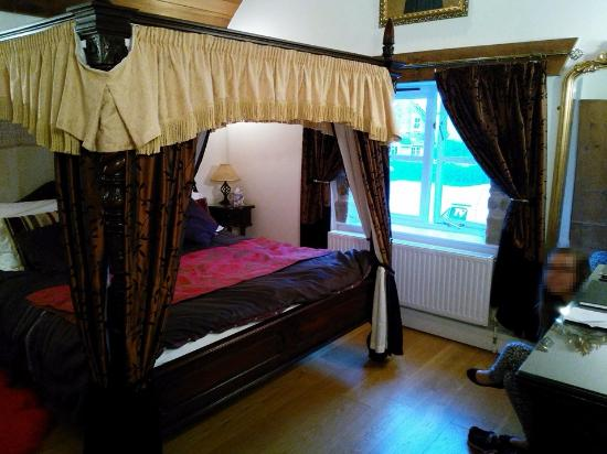 Shave Cross Inn: The Luxury room with 4 poster bed and cathedral ceiling. The bed is huge!