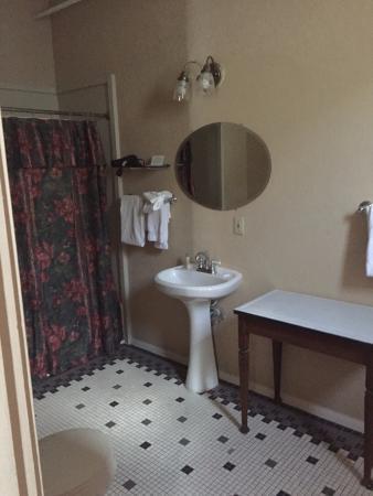 Hotel Colorado: Large bathroom