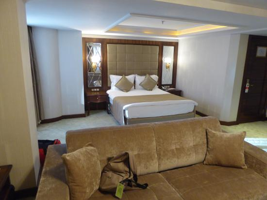 Amethyst Hotel Istanbul: Large bedroom with sitting area