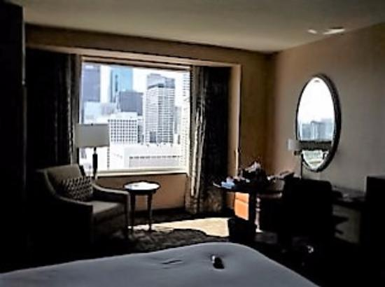Hilton Americas - Houston: Well-lit work station in the bedroom