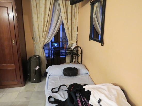 Hostal Almanzor: One of two single beds, small table and chair.