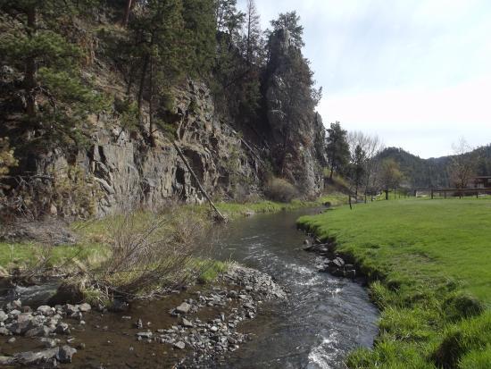 Creekside Country Resort: Creek behind cabins
