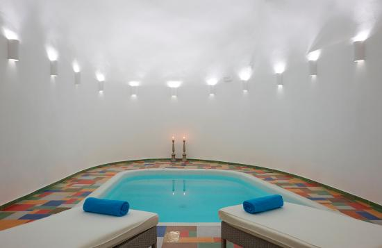 White Santorini Suites & SPA: White Cave Spa - Indoors heated pool