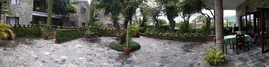 Mum's Garden Resort: Courtyard dining area