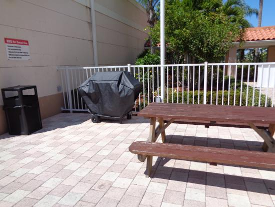 Port Saint Lucie, Floryda: They even have a grill to use! We saw many families take advantage of this amenity this weekend.