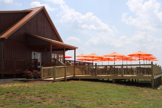 Leesburg, VA: The lower patio and winery
