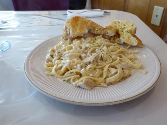 Clintwood, Вирджиния: Fettuccine Chicken Alfredo with garlic bread