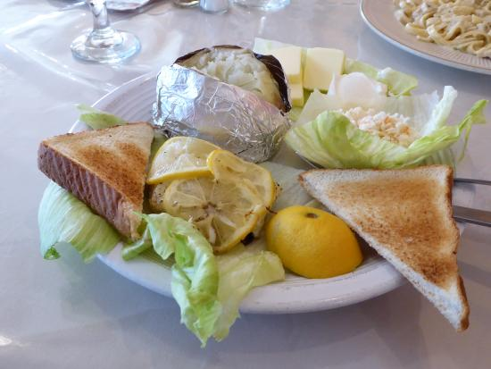 Clintwood, Вирджиния: Orange Roughy under lemon slices with baked potato, coleslaw and Texas toast