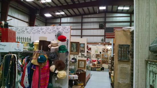 Stratford Antique Center: Lots of separate booths