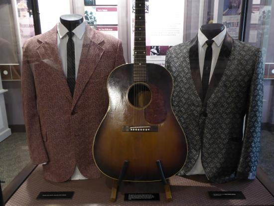 Clintwood, Вирджиния: Carter and Ralph Stanley's outfits and Carter's guitar