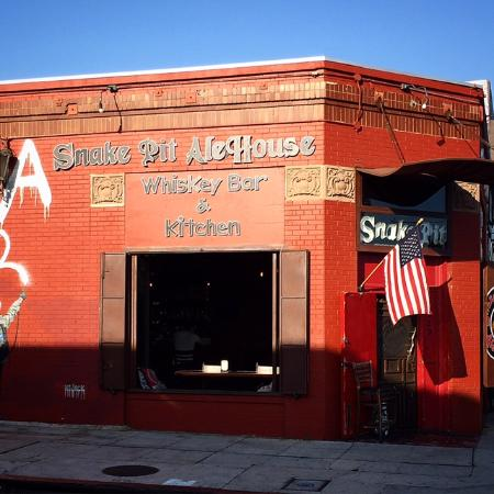 Beverly Hills, Kalifornien: The Snake Pit Ale House Whiskey Bar and Restaurant on Melrose Avenue in Hollywood.