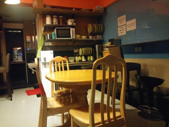 Comfort Hostel HK: kitchen / common room
