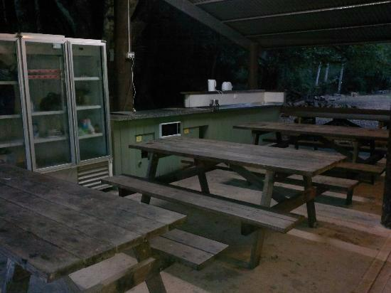 Mt Warning Rainforest Park: Outside facilities, 2x bbq's, toaster, kettle, microwave, fridges, sinks, picnic benches and sof
