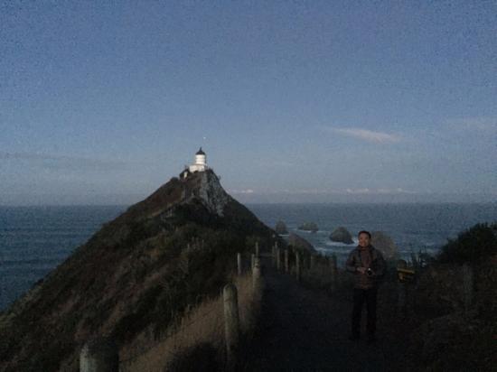 نوجيت بوينت: Lighthouse at the end of the tall narrow trail