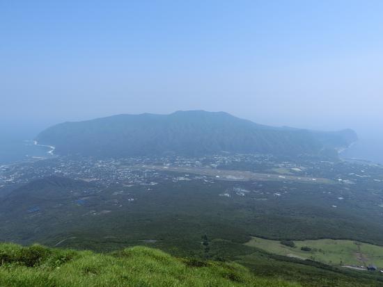 Hachijo-jima, اليابان: 頂上からの街並み