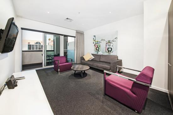 Tyrian Serviced Apartments: Spacious 2 bedroom living area
