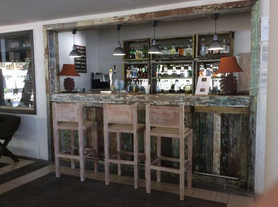 Baie du Tombeau: The Lezard Bar