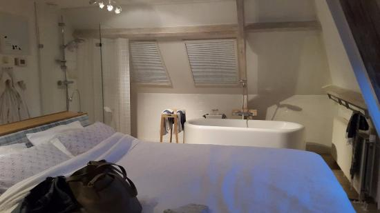 Theetuin Stadsland B&B: Large room with stunning bath. Very spacious!