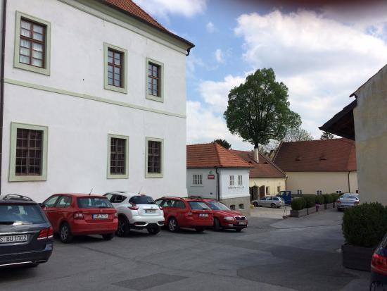 Hotel Adalbert: парковка и отель