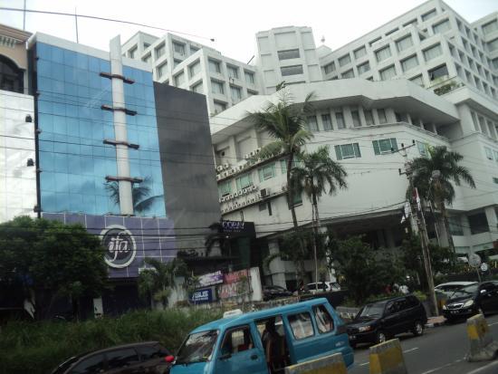 Hotel Aryaduta Manado: Bangunan hotel **** lantai-11 berdiri megah di lokasi strategis