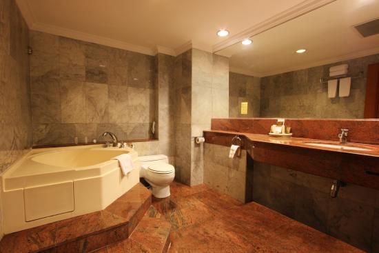 Harmoni Hotel: Harmoni Suite Jacuzzi Bathroom