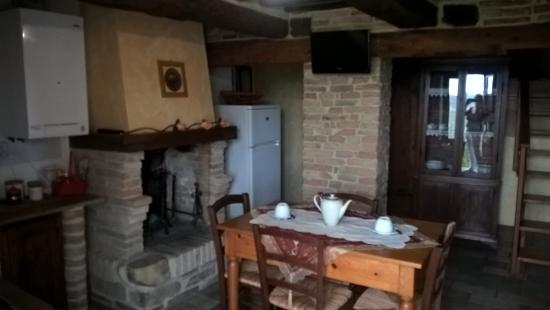 cucina con camino julia - Picture of Country House La Torcia ...