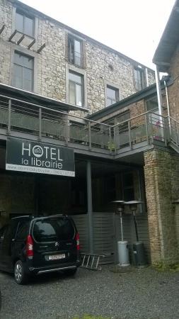 Hotel La Librairie: Achterom en terras