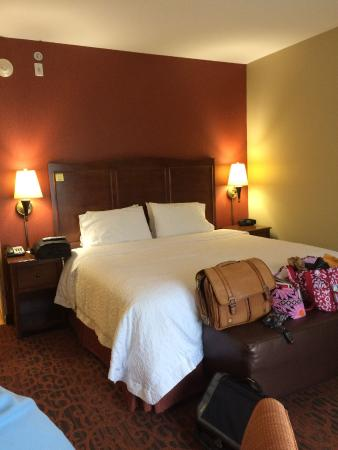 Hampton Inn Matamoras: Both sides of the bed had plenty of light and plugs - a plus!!