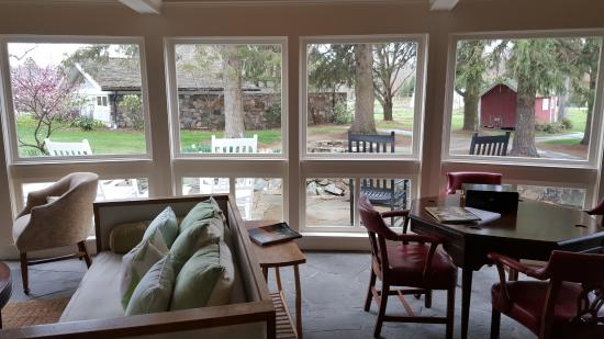 Morris, CT: lounge area
