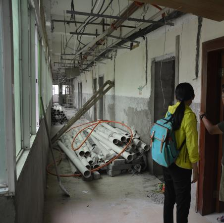 Jingxi County, China: The room we were checked into was right next to major construction with wires hanging from ceili