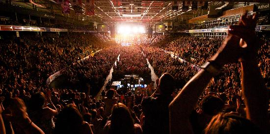 Oshawa, Kanada: Sold Out crowd for Elton John