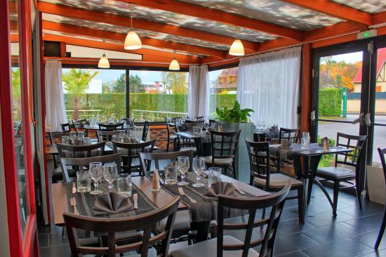 Cleon, France: Salle restaurant veranda