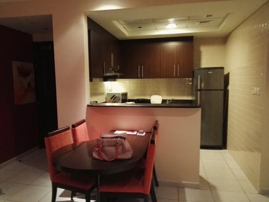 Abidos Hotel Apartment - Al Barsha: Cocina comunicada al living