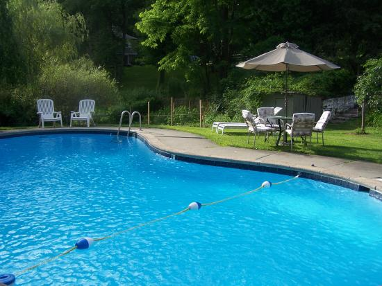 The Cornwall Inn: Seasonal swimming pool