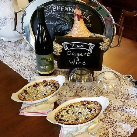 Applesauce Inn Bed & Breakfast: Home made dessert & wine every evening