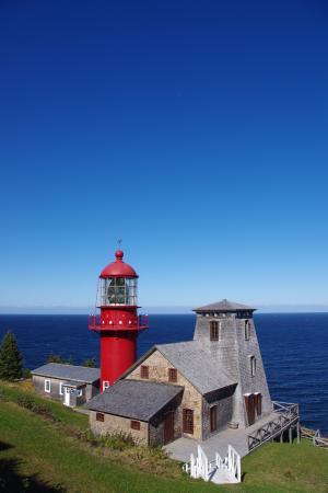 Pointe-a-la-Renommee: Le phare sous un beau ciel bleu !